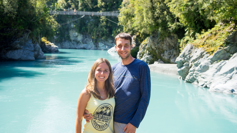 Das milchig blaue Wasser der Hokitika Schlucht und die weißen Gletscher von Neuseeland